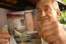 Zdeněk Müller ukazuje fotky, které pořídil poté, co se mu na dvůr vyvalil obsah sousedovy kanalizace. Sousedé se léta nemohou dohodnout, kdo za vzájemné problémy může.