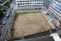 U Mírového náměstí již řadu měsíců zeje jen obří prázdná jáma za miliony korun.