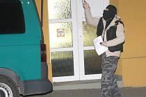 Policisté v kuklách prohledávali nejen celou restauraci Svět, ale i její okolí a zaměřili se i na tamní zaparkovaná auta ve dvoře restaurace.