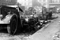 Zničené automobily před hlavním nádražím.