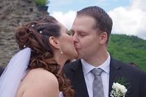 """Snoubenci Pavel Taussig a Romana Šedivá si přišli říci své """"Ano""""a vzkázat všem, máme se rádi a chceme spolu žít, v sobotu 18. 5. 2013 ve 13.00 hodin na hrad Střekov."""
