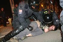 Policejní zásah v dubnu 2009 při podobném pochodu nacionalistů dopadl především na menší skupinu antifašistů. Ti nechtěli opustit kruhovou křižovatku Pražačka u hotelu Vladimir. Rozehnali je těžkooděnci a jízda.