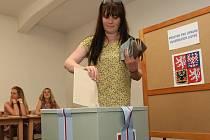 Během hodiny hodila svůj hlas do urny v Okimu na Bukově asi dvacítka lidí. Podobně nízká účast byla v pátek i v jiných volebních místnostech na Ústecku.