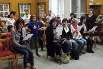 Hosté ze Slovenska navštívili také základní školu v Trmicích a zazpívali si s dětským souborem Rarášek.
