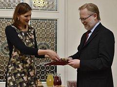 Jelena Vičanová předává vojenskou lodičku řediteli muzea Václavu Houfkovi.