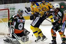 Hodně práce měl v prvoligovém hokejovém derby mezi celky Mostu a Ústí domácí gólman Sáblík.