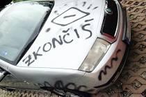 Vandal si pro svůj vzkaz vybral automobil aktivistky.