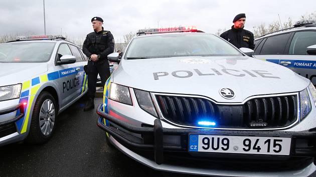 Předávka nových policejních vozů v Řehlovicích