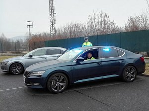 Nová policejní vozidla Škoda Superb představili policisté na dálničním oddělení v Řehlovicích.