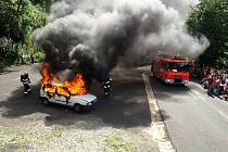 Na oslavách 115 let Sboru dobrovolných hasičů Povrly byla k vidění i ukázka hašení hořícího vozu, na kterém spolupracoval i Hasičský záchraný sbor Děčín.