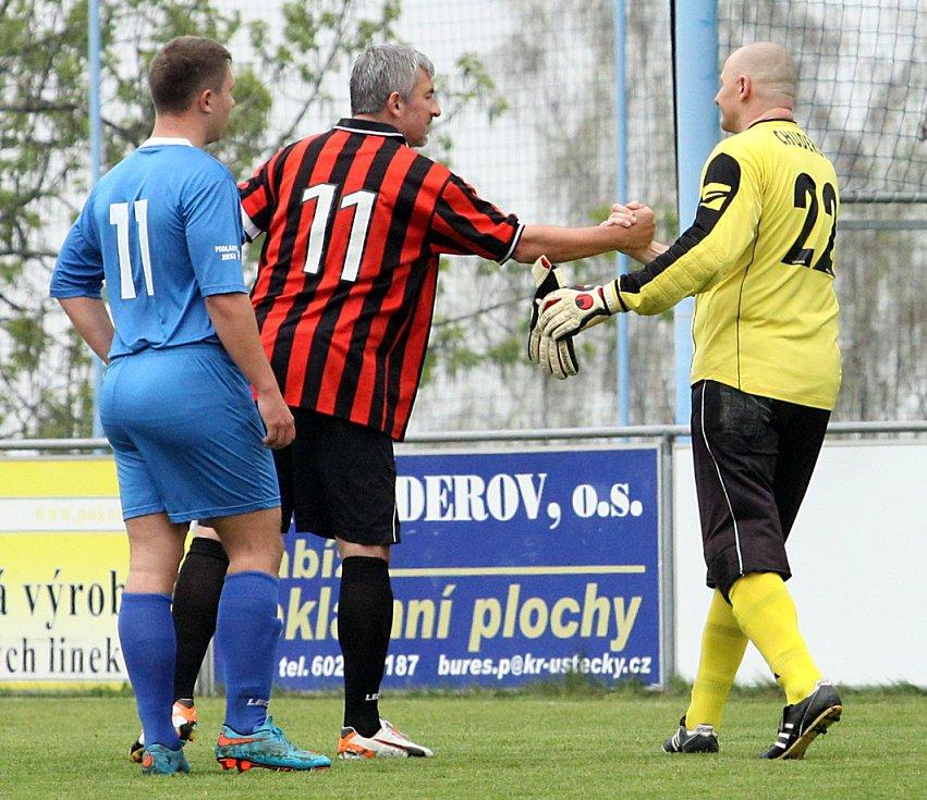 Fotbalisté Chuderova (pruhovaní) doma porazili Jiříkov 4:1.