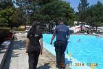 Strážníci pravidelně kontrolují bazény v Brné.