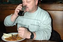 Myslivecký guláš od Nadi Chodovské chutnal. Na snímku spokojený strávník a host restaurace Theodor Valenta.
