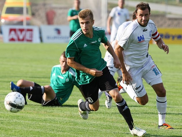Ústečtí fotbalisté (bílé dresy) přivítali v rámci druhého kola pohárové soutěže na domácím trávníku regionálního rivala z Mostu.