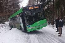 Problémy na zmrzlých silnicích mají i autobusy.
