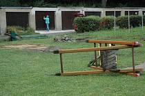 Na bývalém dětském hřišti u Městského stadionu jsou již jen zbytky klouzačky a houpačky.