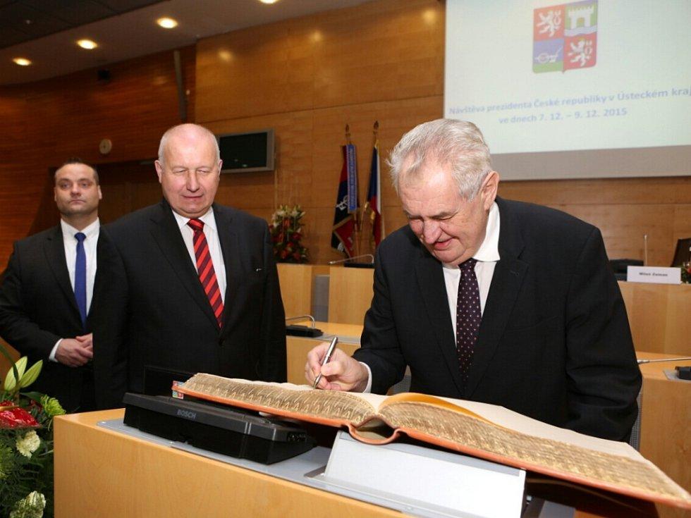 Prezident Miloš Zeman se podepsal do pamětní knihy Ústeckého kraje.