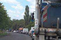 Opravuje se i silnice I/30 v Úžíně, kde se tvoří dlouhé fronty.