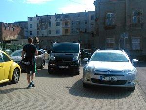 Občas se chodci v Ústí musí na chodníku proplétat mezi zaparkovanými vozy.