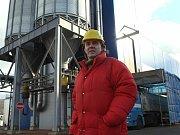 Luděk Schýbal, inženýr systému a kvality trmického lihovaru, před sušárnou, která je zdrojem zápachu