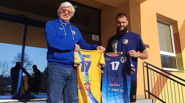 MATĚJ ŠMÍDL posílil extraligové Ústí nad Labem. Před halou ho vítá klubový manažer Miroslav Přikryl.