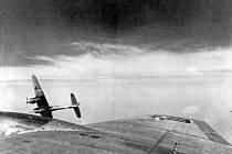 Útok německého stíhače na americký bombardér v průběhu náletu na STW v Záluží u Mostu 12. května 1944