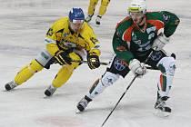 Ústečtí hokejisté (žluté dresy) doma porazili Most 6:2.