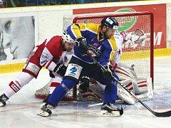 Ústečtí hokejisté (modro-žlutí) doma prohráli se Slavií Praha 1:2.