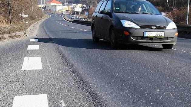 Řidiče osobních aut při jízdě Žižkovou ulicí trápí vyjeté koleje od kamionů. Silnice se tak stala nebezpečnou. Opravy se ale Ústečané jen tak nedočkají.