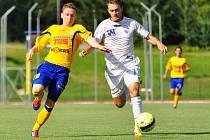 Ústecký záložník Ladislav Benčík (vpravo) bojuje o míč s varnsdorfským Rudnytskyym. Arma nakonec severočeské derby nezvládla a prohrála těsně 0:1.