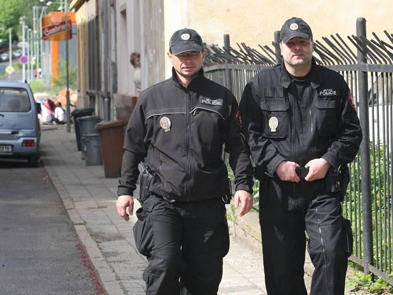 Spory mezi obyvateli měly za následek napadení starousedlíků. V lokalitě musí hlídkovat strážníci.