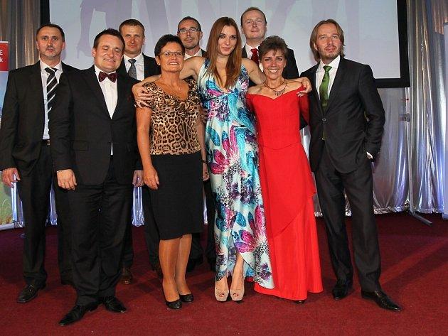Vítězky se sponzory na galavečeru k celostátnímu finále soutěže Žena regionu 2012 v Praze.