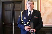 Další cena pro Jaroslava Voláka. Zkušeného hasiče vyznamenání potěšilo. Doma má už mnoho cen, třeba i od hejtmana Ústeckého kraje nebo cenu za zásluhy.