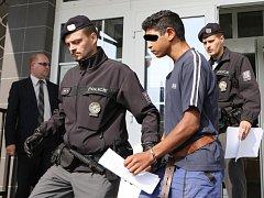 Soud poslal do vazby dva mladistvé, kteří jsou obviněni z brutální vraždy bezdomovce.