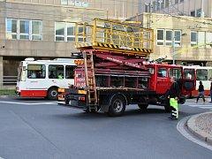 V centru Ústí na křižovatce u divadla se porouchalo trakční vedení.
