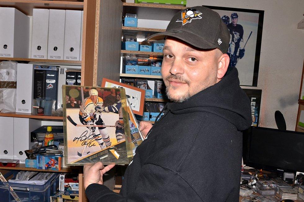Arnošt Špora ve svém království hokejových karet.
