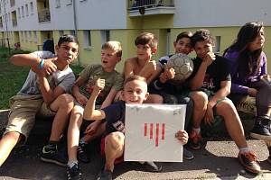 Na snímku jsou děti z Předlic, které se pohybovaly při natáčení LP okolo Tajnýho studia.