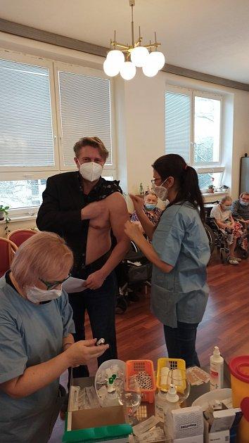 Očkování vchlumeckém domově.
