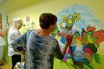 Senioři z Univerzity třetího věku UJEP se chopili výmalby stěn na dětské klinice ústecké nemocnice.