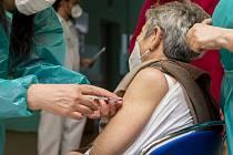 Očkování proti nemoci covid-19 bylo zahájeno v domovech pro seniory.