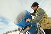 V lyžařském areálu Telnice na Ústecku obsluhuje Milan Píša sněhové dělo