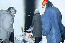 Alespoň tak se snaží ohřát bezdomovci v Přístavní ulici.