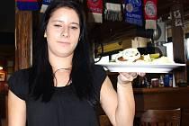 O pálivé karbanátky byl v restauraci Sport Pub Zlatopramen velký zájem. Na snímku servírka Kristýna Vybíralová.