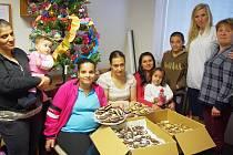 Pomoci maminkám v azylovém domě a jejich dětem se rozhodly zaměstnankyně inzertního oddělení Ústeckého deníku. Předaly jim cukroví z akce Česko zpívá koledy. Pečivo napekli cukráři a pekaři z pekárny Inpeko.