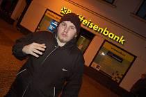Chomutovskou pobočkou Raiffeisenbank přepadli lupiči loni v prosinci. Banku tehdy hlídal Michal P. Maskovaní lupiči si ho vzali jako rukojmí, když ujížděli před policisty. Když auto odstavili a utekli do lesa, propustili i jeho.