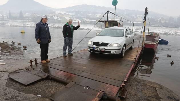 Do Povrlů a zpět se lidé dostanou i v zimě. Přívoz navíc převáží i automobily.