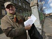 SENIOR JOSEF ČERNÝ už přes tři roky žádá magistrát o rekonstrukci chodníku v ulici U Chemičky, zatím bez úspěchu.