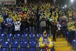 Ústečtí hokejisté (modří) doma prohráli s Chomutovem 1:6 a skončila jim sezona.