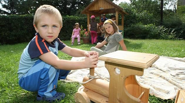 Nové zahradní domečky na hraní dostaly děti, ubytované v internátní školce ve Vaňově.