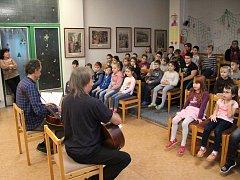 LUBOŠ NOVOTNÝ A SLÁVEK JANOUŠEK hráli a zpívali tento týden třeťákům a čtvrťákům v ZŠ Hluboká.